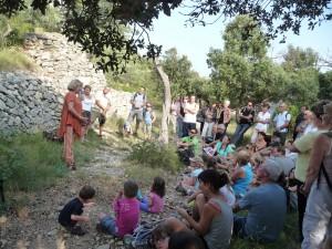 Balade contée sur le sentier des capitelles d'Aramon ; photo F. Campanelli