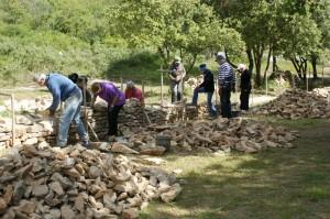 Stage d'initiation pierre sèche à Collias ; photo D. Munck