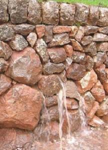 Ecoulement des eaux pluviales à travers un mur en pierres sèches (Photo P.Alvaro-Frotté / Terrisc )